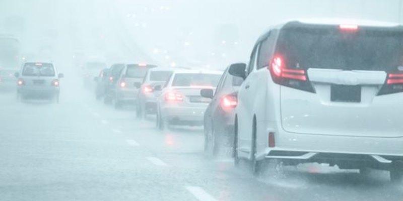 ขับรถขณะฝนตกให้ปลอดภัยด้วย 3 วิธีง่ายๆ